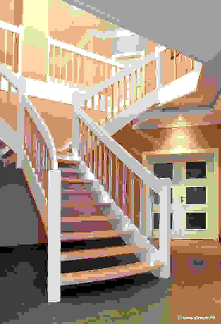 Pasillos, vestíbulos y escaleras clásicas de STREGER Massivholztreppen GmbH Clásico