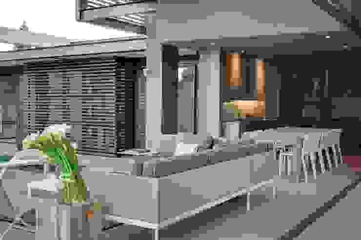 House Sar Балкон и терраса в стиле модерн от Nico Van Der Meulen Architects Модерн