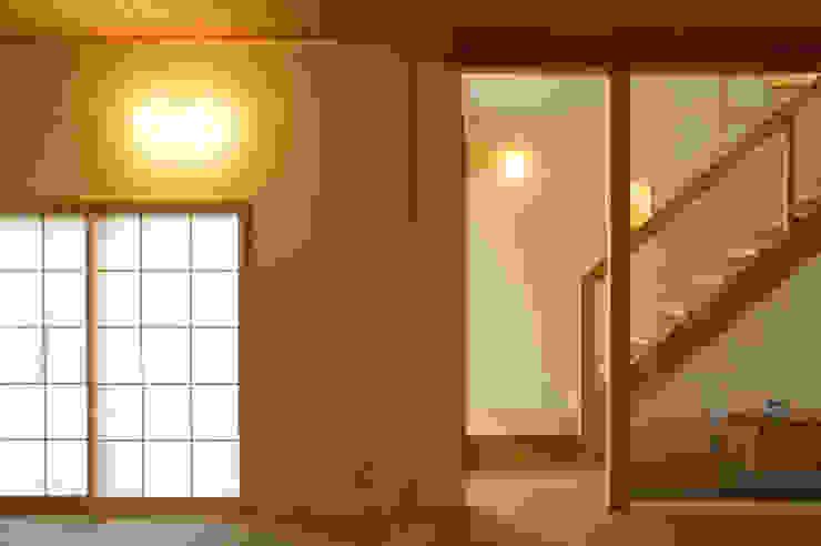 Коридор, прихожая и лестница в эклектичном стиле от 環境創作室杉 Эклектичный