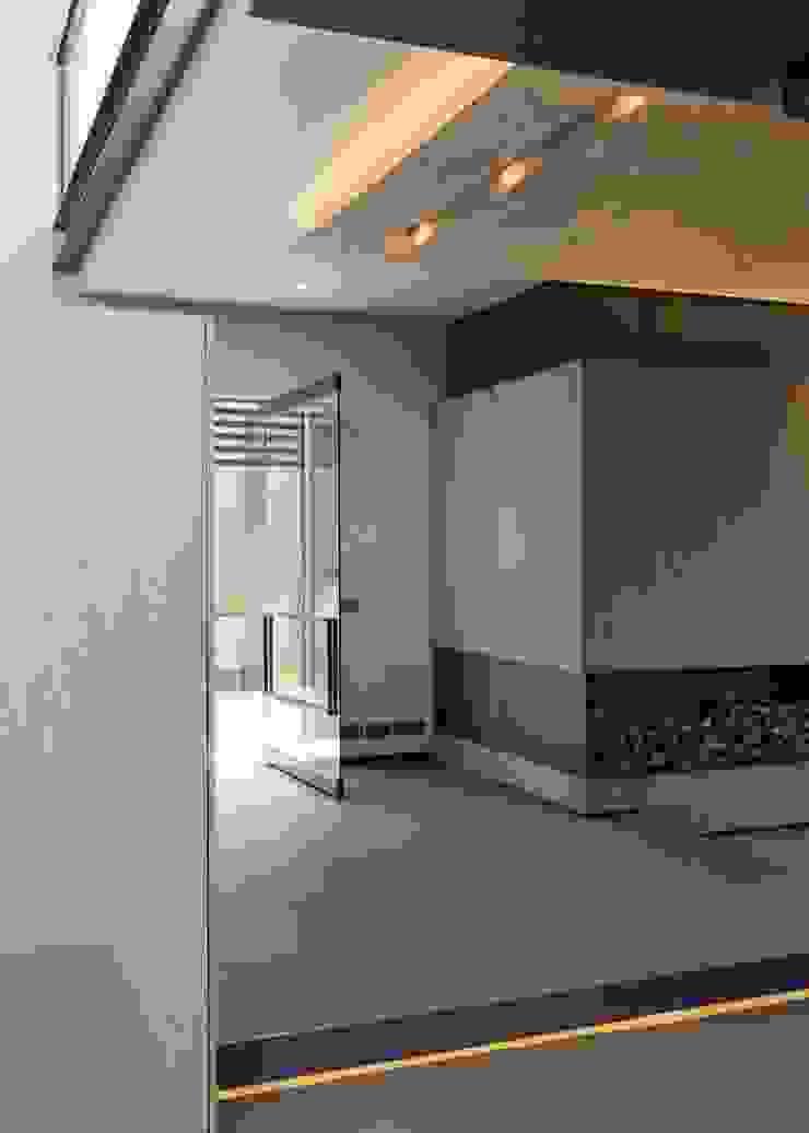 House Sar Modern Corridor, Hallway and Staircase by Nico Van Der Meulen Architects Modern