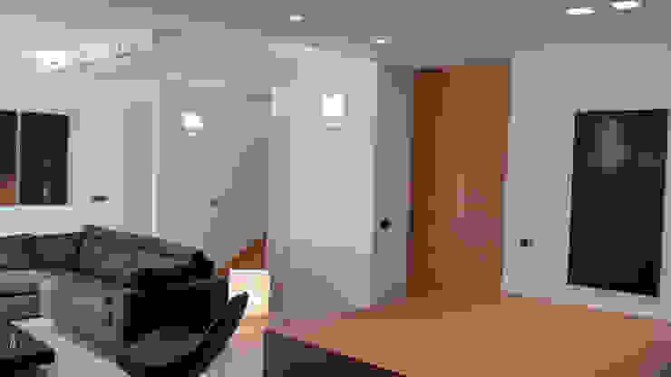 Soggiorno Soggiorno minimalista di VZSTUDIO architettura Minimalista
