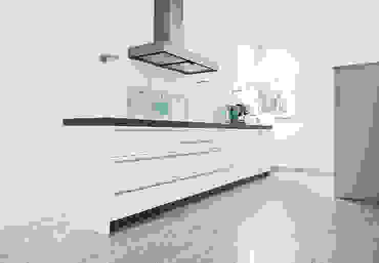 Strakke witte keuken met travertin vloer Moderne keukens van Interieurvormgeving Inez Burvenich Modern