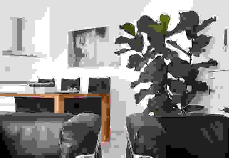 rust en eenvoud en Le Corbusier Moderne woonkamers van Interieurvormgeving Inez Burvenich Modern