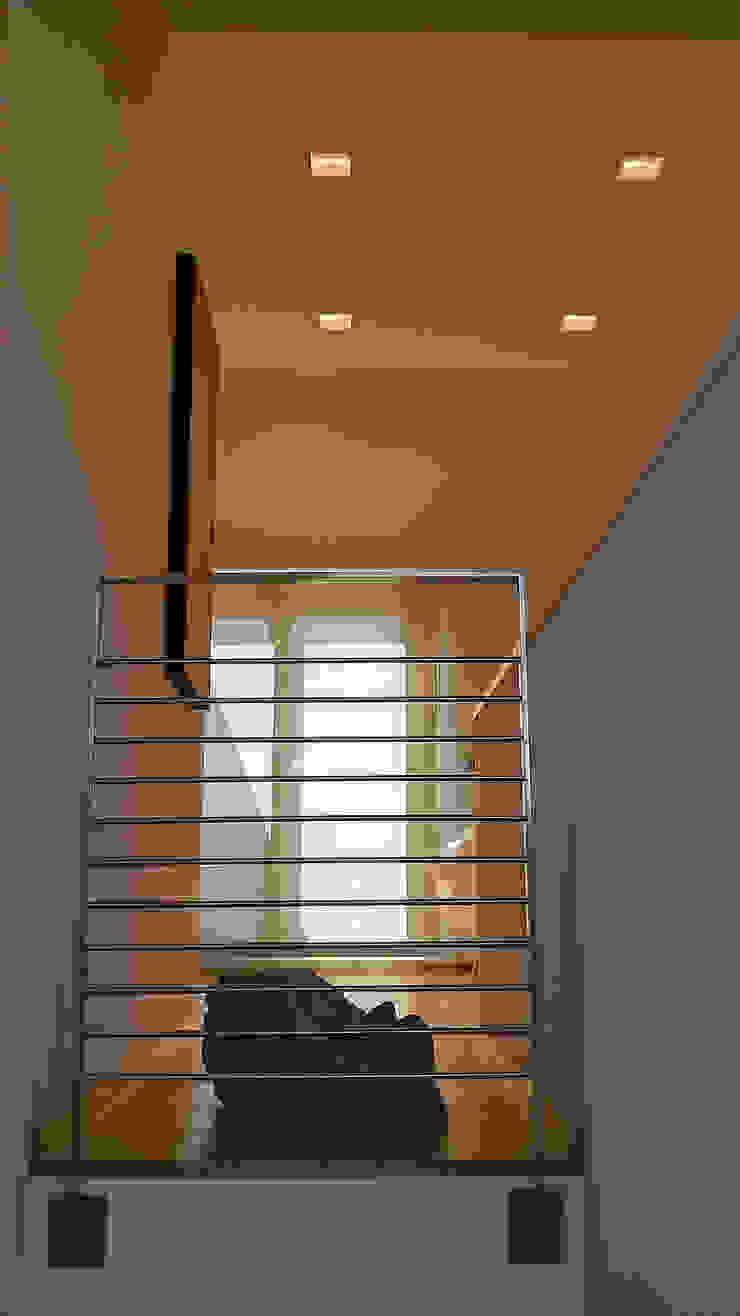 Scala Ingresso, Corridoio & Scale in stile minimalista di VZSTUDIO architettura Minimalista