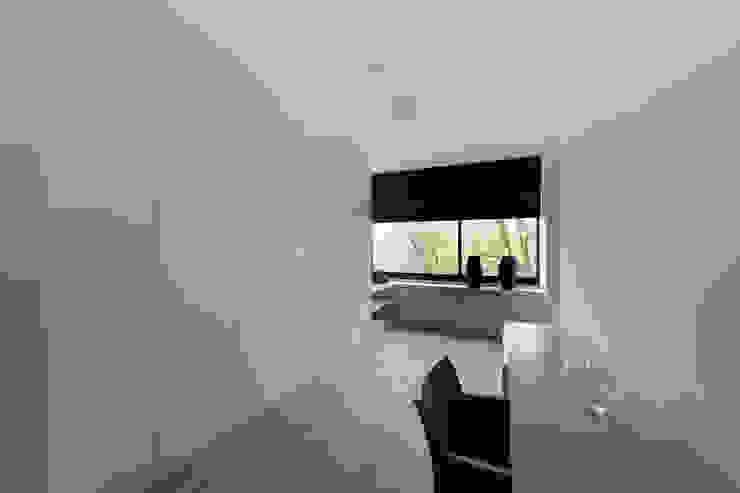 zwart - wit penthouse dressingroom Minimalistische slaapkamers van Interieurvormgeving Inez Burvenich Minimalistisch