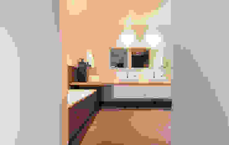 zwart - wit penthouse badkamer en suite Moderne badkamers van Interieurvormgeving Inez Burvenich Modern