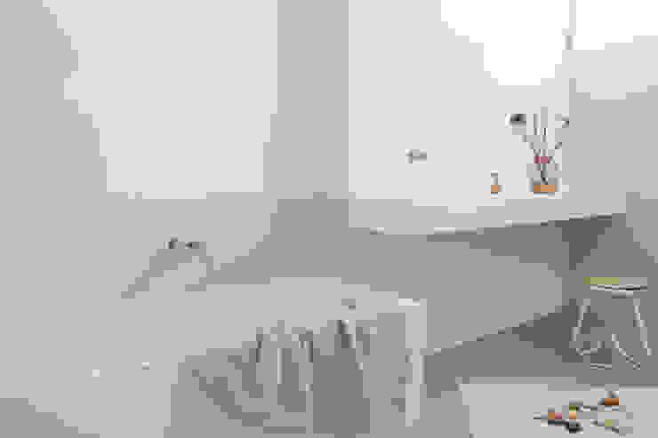 Kinderbadkamer privewoning Amsterdam Minimalistische badkamers van Not Only White B.V. Minimalistisch
