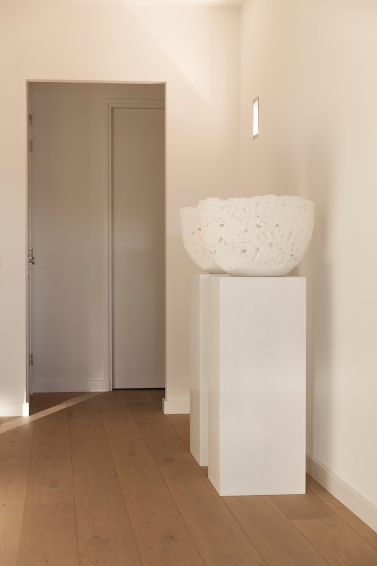 zwart - wit penthouse hal Minimalistische gangen, hallen & trappenhuizen van Interieurvormgeving Inez Burvenich Minimalistisch