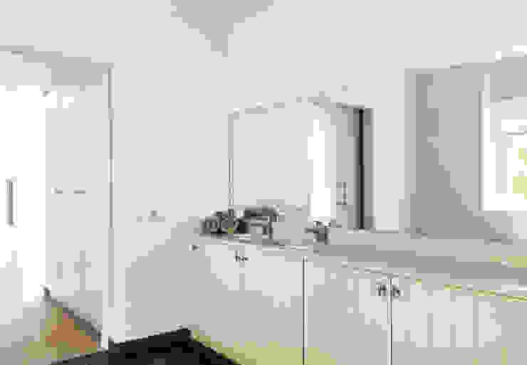 Woonhuis Berkel Enschot badkamer en suite Moderne badkamers van Interieurvormgeving Inez Burvenich Modern