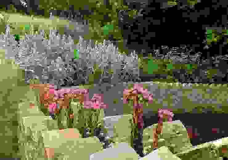Circular Raised Wall Modern garden by Katherine Roper Landscape & Garden Design Modern
