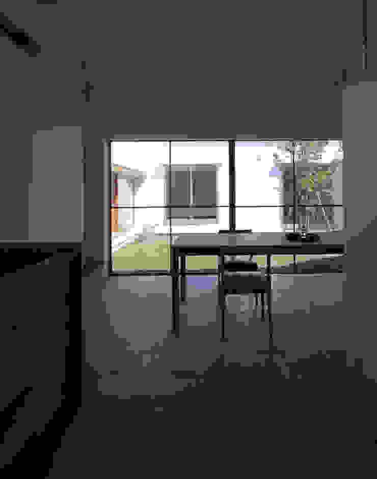 キッチンより中庭を眺める 北欧デザインの リビング の 松原建築計画 一級建築士事務所 / Matsubara Architect Design Office 北欧 木 木目調