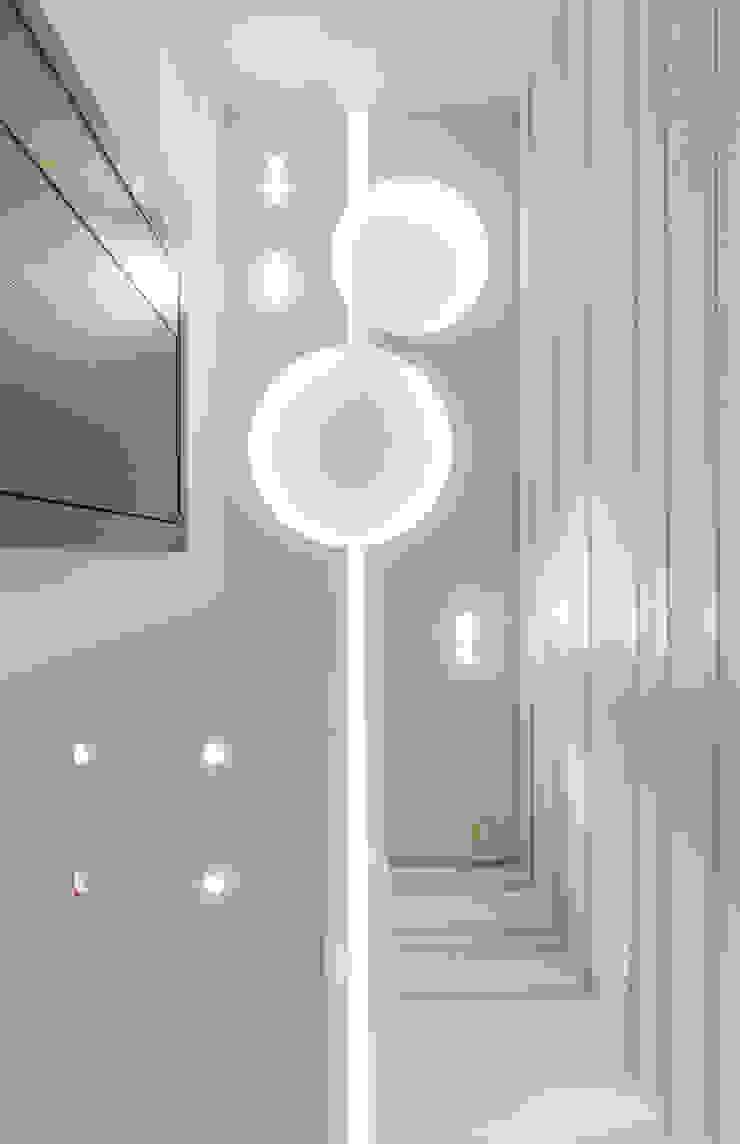 Потолок в прихожей Коридор, прихожая и лестница в модерн стиле от Andrey Gulyaev Architects Модерн