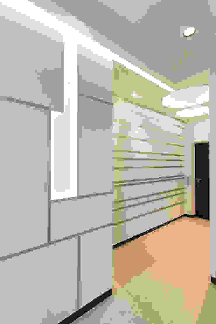 Частный интерьер – Современный минимализм Коридор, прихожая и лестница в стиле минимализм от Andrey Gulyaev Architects Минимализм
