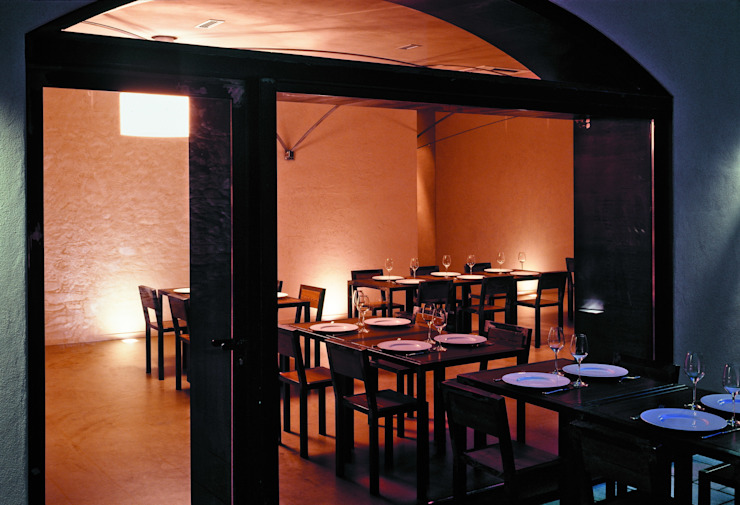 2 vista notturna dalla corte Gastronomia in stile moderno di mag.MA architetture Moderno