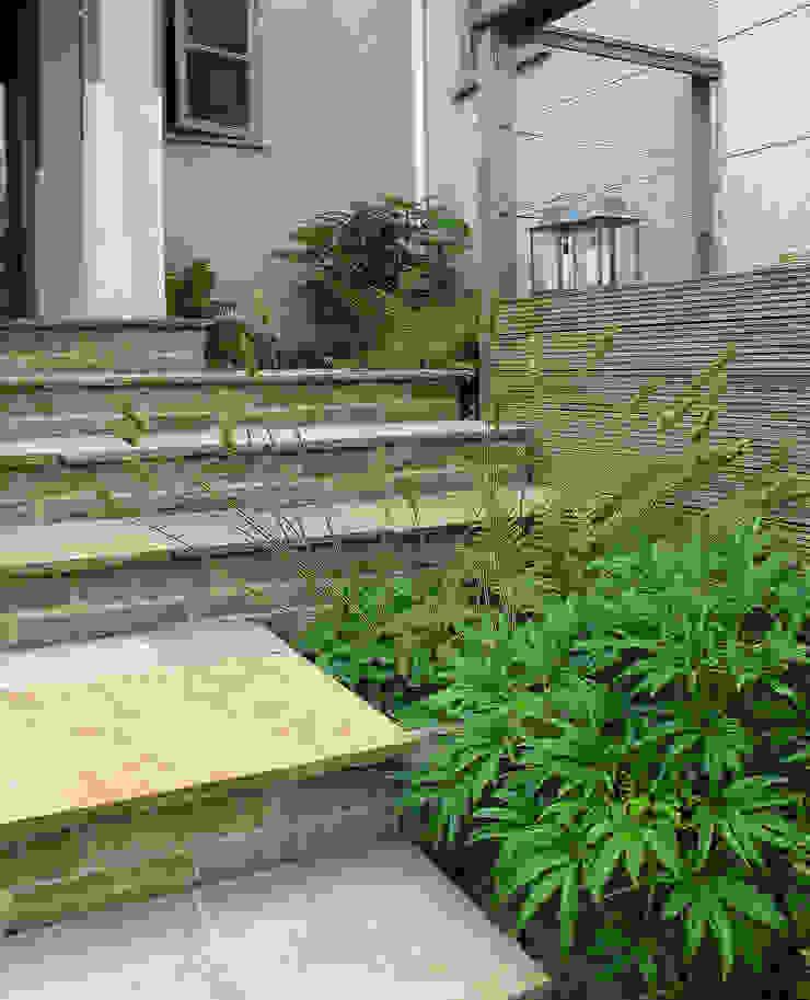 Stone Steps and paved treads Jardins modernos por Katherine Roper Landscape & Garden Design Moderno