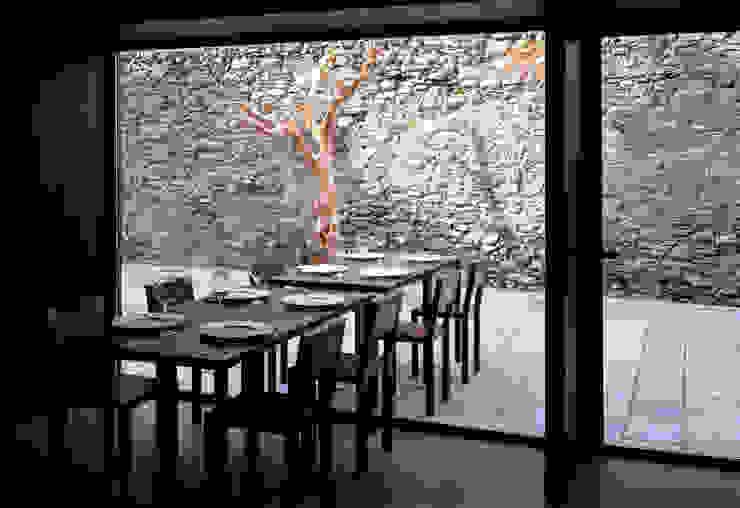 3 il muro antico della corte, particolare Gastronomia in stile moderno di mag.MA architetture Moderno
