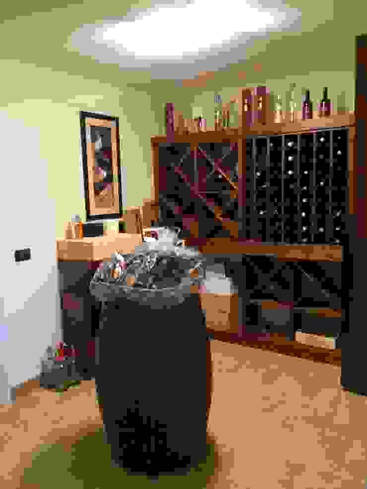 Taverna di rovere con sapore di vino Cantina in stile rustico di Falegnameria Ferrari Rustico