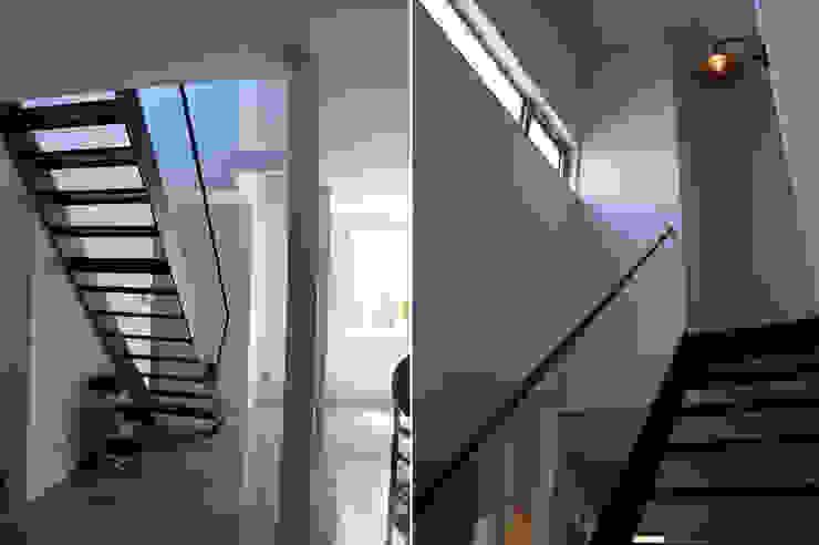 Corredores, halls e escadas industriais por さくま建築設計事務所 Industrial