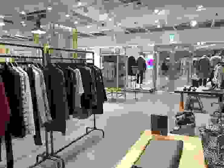 COEX Mall Premium Brand <q> R A U M </q> 빈크리트 시공 모던스타일 드레싱 룸 by 빈flow 모던