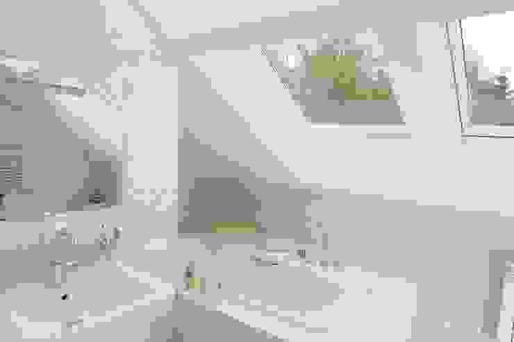 Ванна под окном Ванная комната в стиле минимализм от Дизайн В Стиле Минимализм