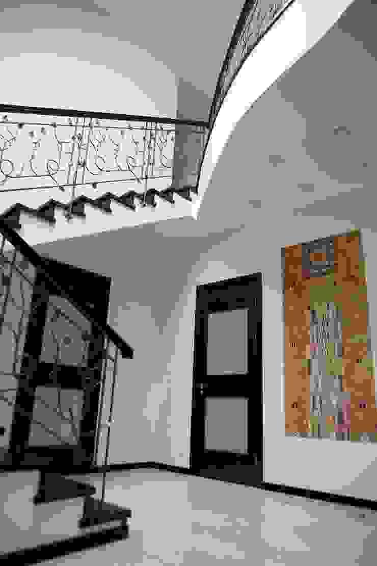Коридор с панно Климта Коридор, прихожая и лестница в эклектичном стиле от Дизайн В Стиле Эклектичный