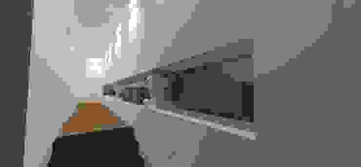 Casa JA Corredores, halls e escadas minimalistas por ZAAV Arquitetura Minimalista