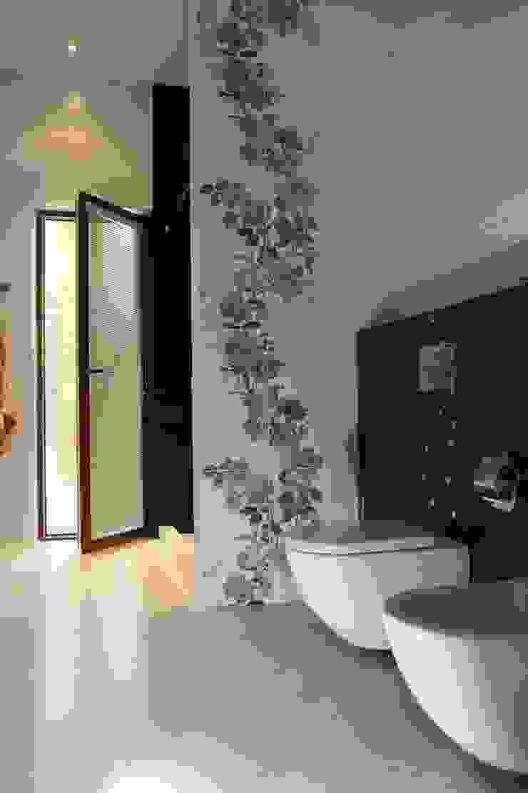 Ванная комната, выход в бассейн Ванная комната в эклектичном стиле от Дизайн В Стиле Эклектичный