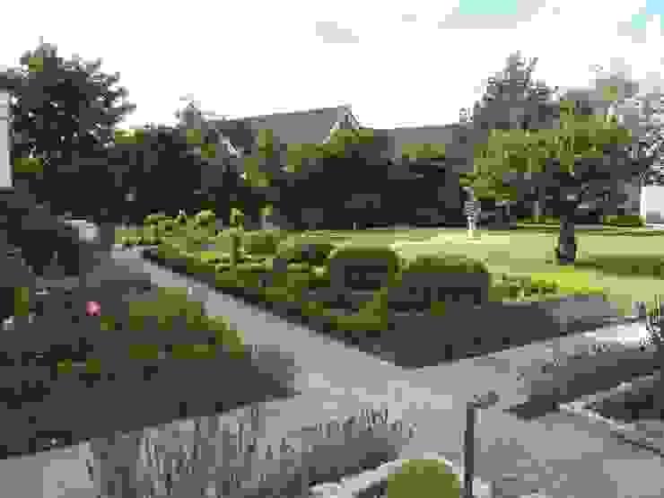 Traditional and Contemporary Mix Cherry Mills Garden Design Giardino classico