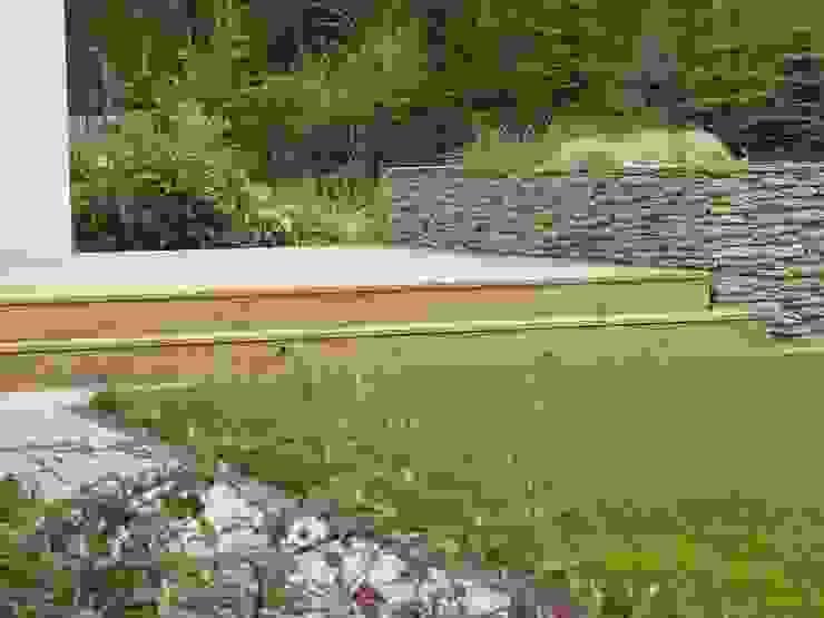 Nowoczesny ogród w połączeniu z kamieniem od STYLOWE OGRODY