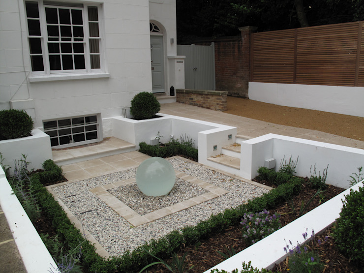 Front Garden water feature モダンな庭 の Cherry Mills Garden Design モダン
