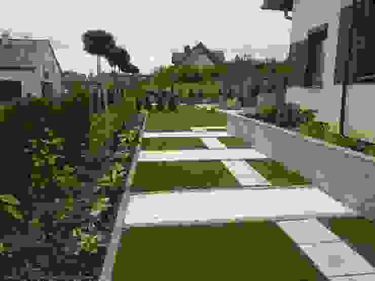 Ogród pełen prostych kształtów. od STYLOWE OGRODY