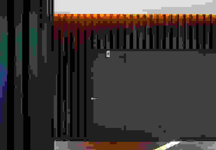 Baño de Señoras Pasillos, vestíbulos y escaleras de estilo moderno de DECONS GKAO S.L. Moderno