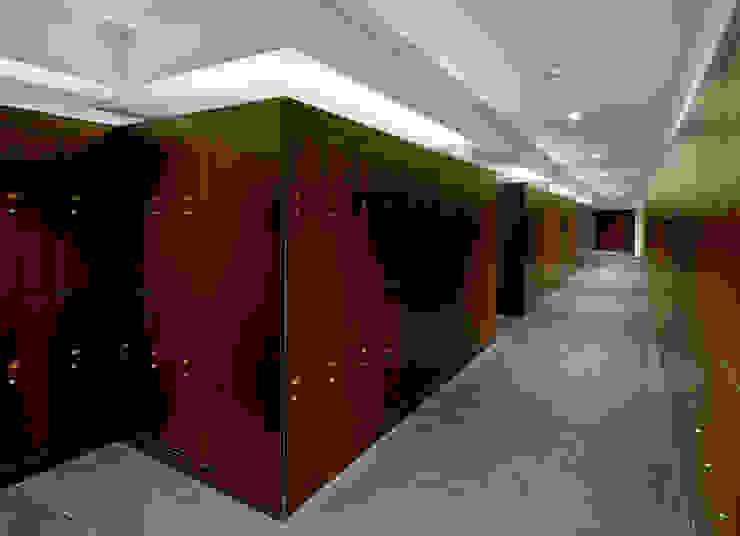 Pasillo de vestuarios Pasillos, vestíbulos y escaleras de estilo moderno de DECONS GKAO S.L. Moderno