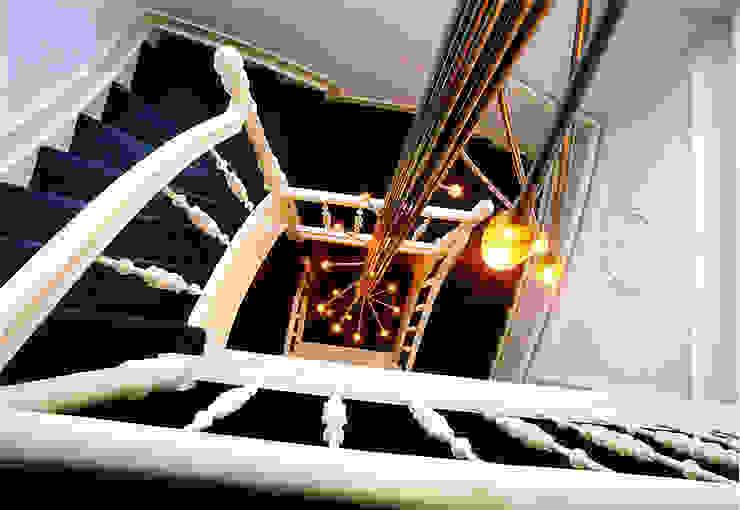 Het armatuur in trappenhuis: modern  door ABC-Idee, Modern