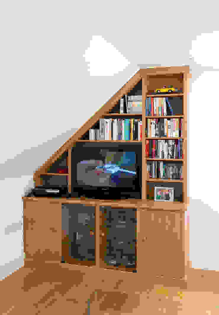 Attic room cupboards & shelves: modern  by Martin Greshoff Furniture, Modern
