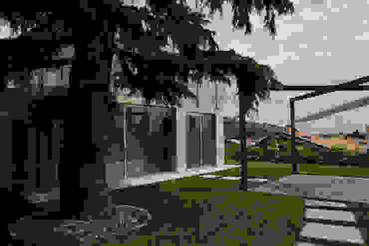 STUDIO DI ARCHITETTURA ZANONI ASSOCIATI Jardines de estilo moderno