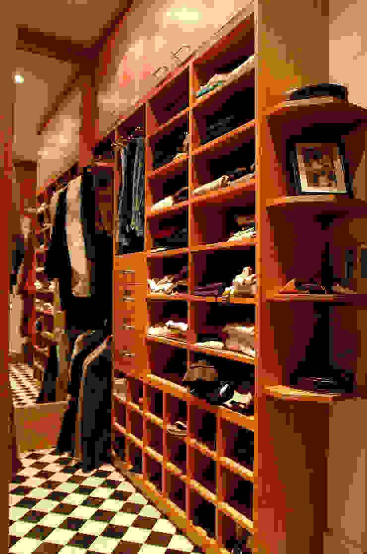 Walk in dressing room - Right hand side: modern  by Martin Greshoff Furniture, Modern