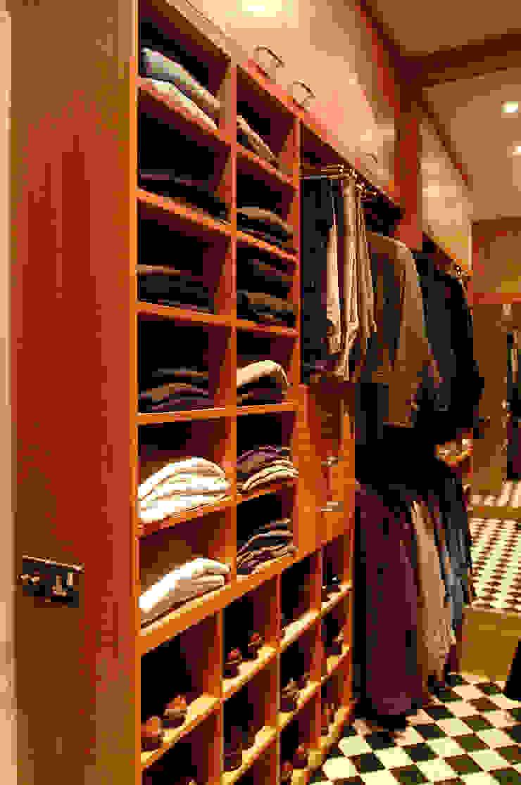 Walk in dressing room - Left hand side: modern  by Martin Greshoff Furniture, Modern