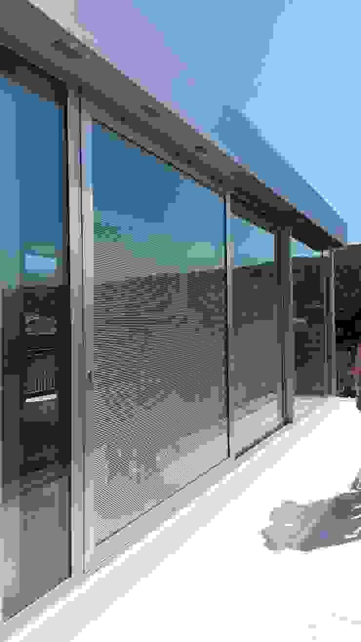 STUDIO DI ARCHITETTURA ZANONI ASSOCIATI Minimalist balcony, veranda & terrace