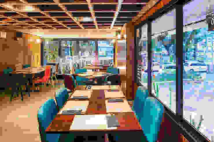 Pavimento superior Espaços gastronômicos modernos por MM18 Arquitetura Moderno