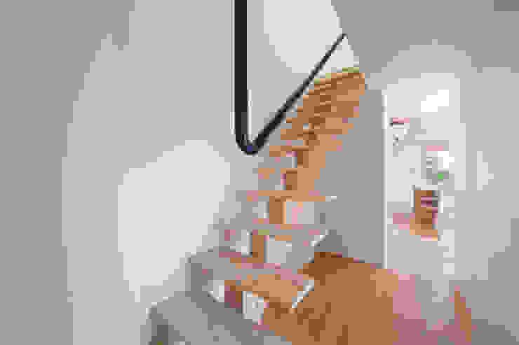 Tei stairs Pasillos, vestíbulos y escaleras de estilo asiático de キリコ設計事務所 Asiático