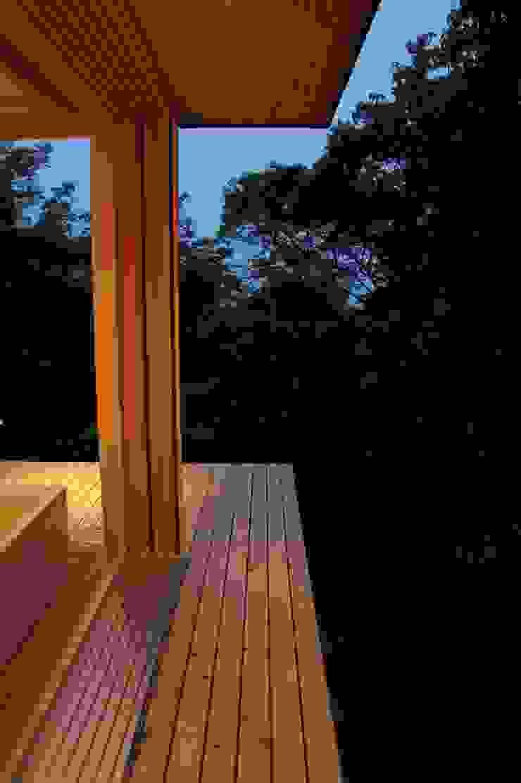 Engawa (Japanese style veranda) Balcones y terrazas de estilo asiático de キリコ設計事務所 Asiático