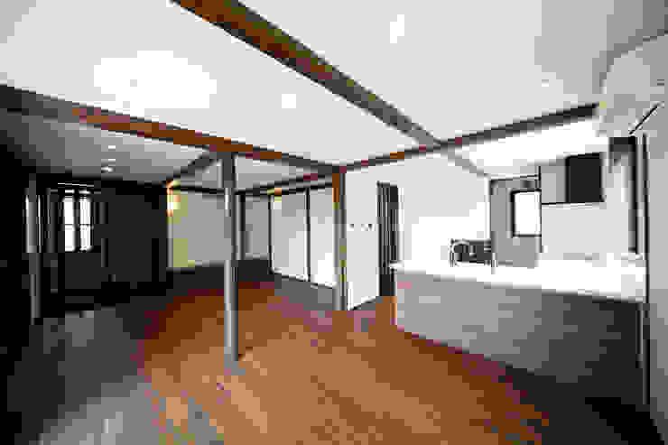 プライベートデッキを囲む家 オリジナルデザインの リビング の ㈱カナザワ建築設計事務所/KANAZAWA Architects Design Office オリジナル