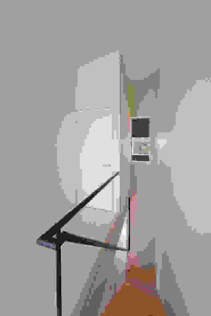 Tei stairs Pasillos, vestíbulos y escaleras de estilo moderno de キリコ設計事務所 Moderno
