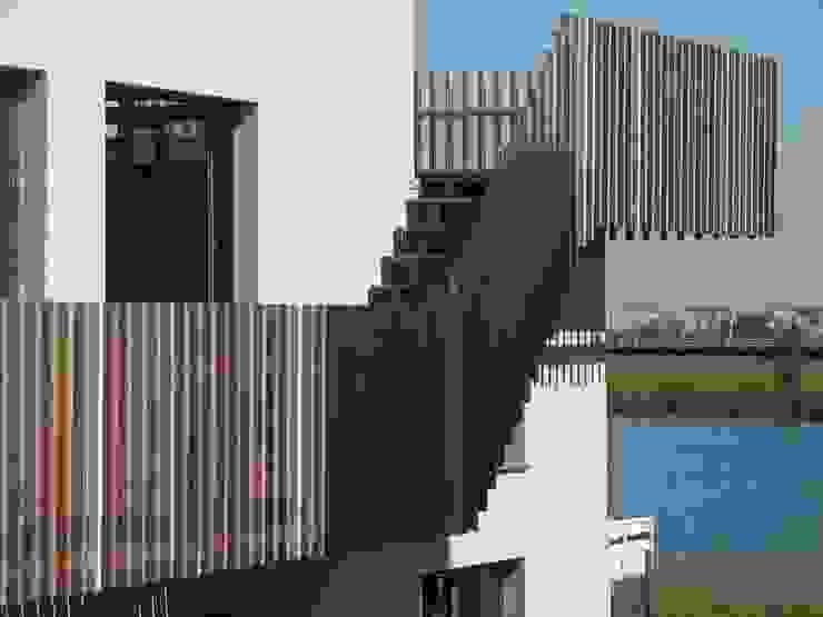 A room with a view Moderne balkons, veranda's en terrassen van MMX architecten Modern