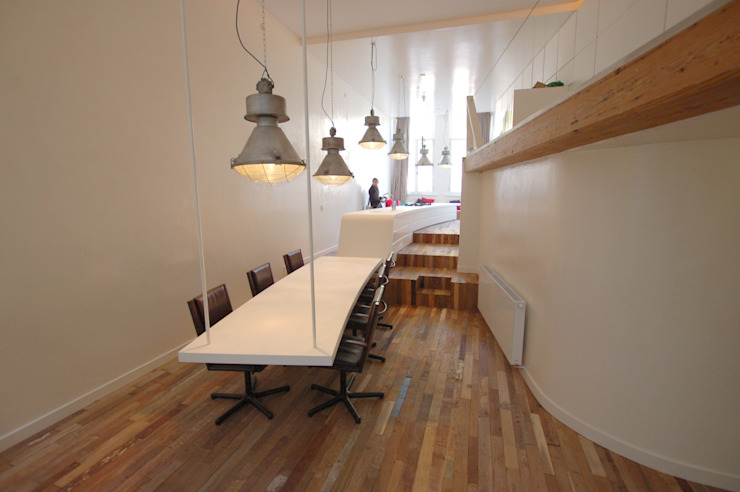'Bridges' • Residential • Netherlands Minimalistische woonkamers van Wonderwall Studios Minimalistisch