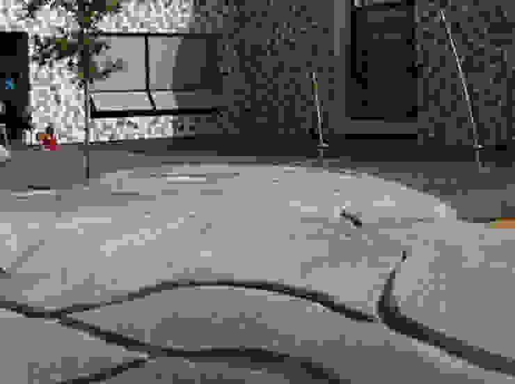 Een amorfe slinger van beton om op te zitten, spelen en te ontmoeten als alternatief voor een hekwerk.:   door Buro Topia stads- en landschapsontwerp,