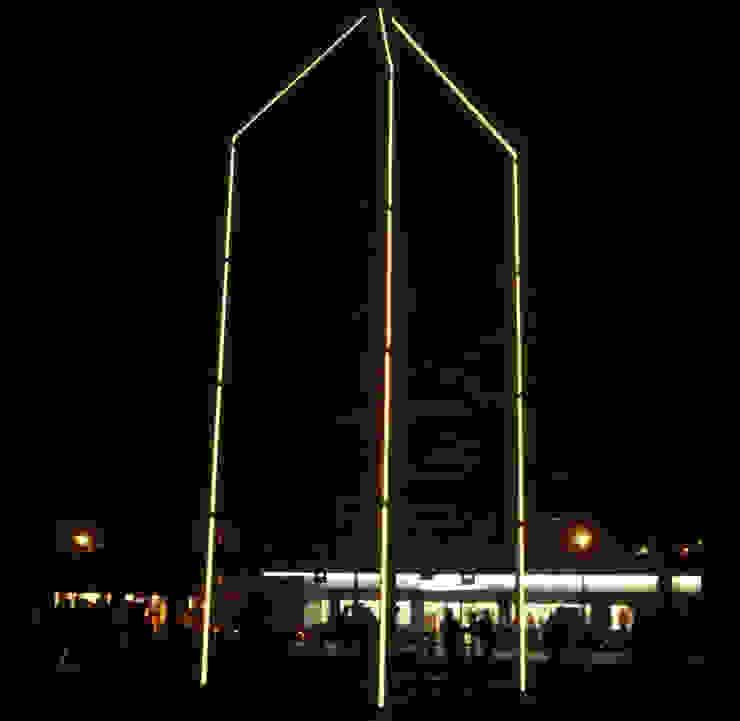 Het kunstwerk met zijn verlichting bij nacht.: modern  door Buro Topia stads- en landschapsontwerp, Modern