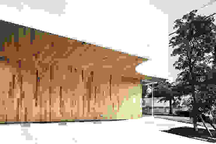 駐車スペースよりエントランスを見る オリジナルな医療機関 の 平沼孝啓建築研究所 (Kohki Hiranuma Architect & Associates) オリジナル