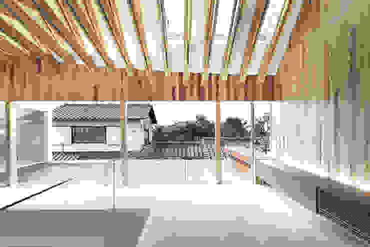デッキ庭を通じて隣家を見る オリジナルな医療機関 の 平沼孝啓建築研究所 (Kohki Hiranuma Architect & Associates) オリジナル